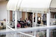 Varios ancianos en la residencia de Soto del Real el día del cierre.