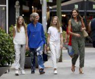 La Infanta Sofía, la Emérita, Doña Leonor y la Reina Letizia por las calles de Palma