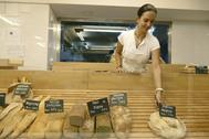 Una joven trabaja en una panadería en Sevilla.