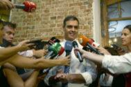 Pedro Sánchez atiende a la prensa antes de la reunión de hoy con colectivos de igualdad.