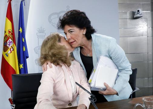 La portavoz del Gobierno en funciones, Isabel Celaá, saluda a la...