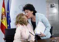 La portavoz del Gobierno en funciones, Isabel Celaá, saluda a la titular de Hacienda, Nadia Calviño.