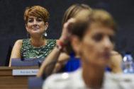 La portavoz de EH Bildu, Bakartxo Ruiz, observa a la candidata socialista, María Chivite, durante el debate de investidura en el Parlamento de Navarra.