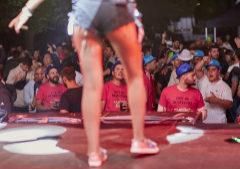 Una de las integrantes de Revelación, frente al público durante el concierto.