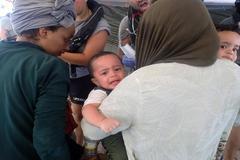 """GRAF1615. ROMA.- Fotografía facilitada por la ONG española Proactiva <HIT>Open</HIT> <HIT>Arms</HIT> que rescató este jueves a 55 inmigrantes, entre ellos dos bebés mellizos, en el Mediterráneo central cuando su embarcación estaba """"a punto de naufragar"""" y reclamó un puerto seguro en el que ponerlos a salvo. Proactiva <HIT>Open</HIT> <HIT>Arms</HIT> SOLO USO EDITORIAL/NO VENTAS/NO ARCHIVO"""