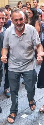 Xabier Ugarte Villar (59 años), cerrando el puño, en su homenaje en Oñate, Guipúzcoa, la semana pasada.