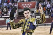 Tomás Rufo dando la vuelta al ruedo tras pasear la oreja del cuarto novillo de El Cortijillo, este jueves, en las Ventas.