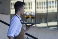 Foto de archivo de un trabajador de hostelería en un momento de su jornada laboral en Sevilla.