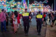 Dos agentes de la Policía Local de Huelva en el recinto de las Fiestas Colombinas.