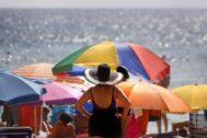 Turistas en la playa de Levante de Benidorm, en imagen de archivo.