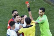 Messi ve la tarjeta roja durante el partido contra Chile de la Copa América.