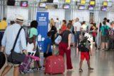 Un grupo de turistas busca su puerta de embarque en el aeropuerto de Málaga.