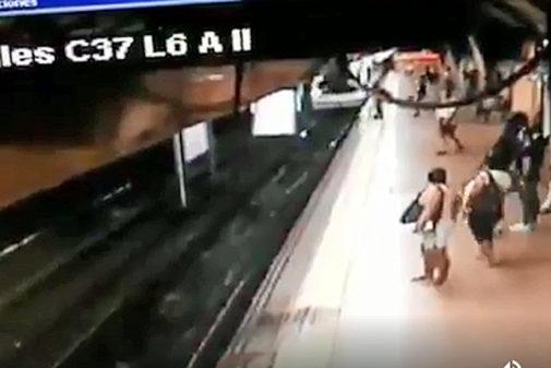 Un hombre tira a un joven de una patada a las vías cuando pasaba el metro