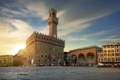 Piazza della Signoria, símbolo del poder en Florencia con el Palazzo Vecchio.