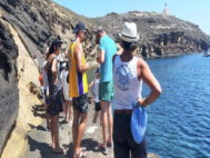 Los guardas se ocupan de los amarres de las embarcaciones en las islas