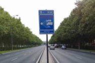 Aviso de radar en la avenida de la Ilustración de Madrid.