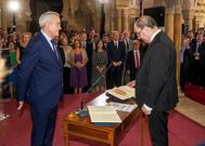 Javier Lambán (dcha.) promete su cargo como presidente de Aragón.