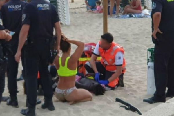 La socorrista Macarena Cabrujo junto al niño que salvó de morir ahogado en la playa de Palma.