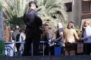 Un agente de la Policía Local en el centro de Alicante
