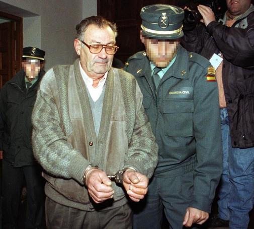José Parejo, en diciembre de 1998, conducido por la Guardia Civil a...