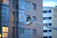 Bomberos del Ayuntamiento de Madrid acceden a una vivienda.