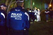 Una patrulla de Policía Municipal realizando un cacheo.
