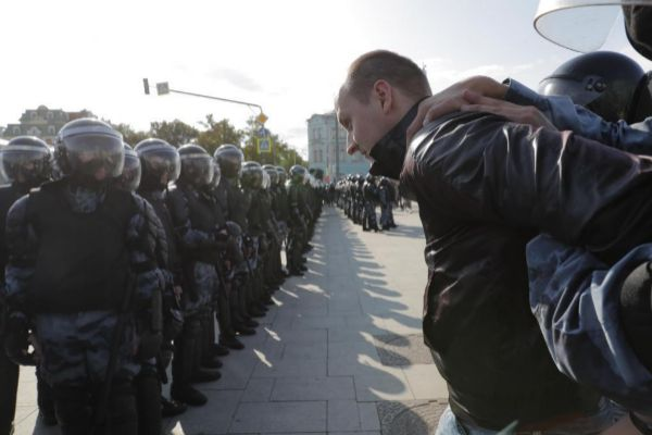 Un joven es detenido ayer en una manifestación en Moscú.