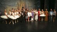 La Reina Sofía, la Reina Letizia y las Infantas, junto al elenco del ballet ruso.