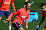 Juanfran, durante un entrenamiento con el Atlético.