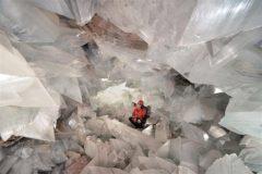 Visitante rodeado de los cristales de la segunda geoda más grande del mundo en el municipio de Pulpí (Almería).