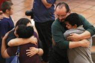 Varias personas se abrazan en una vigilia por las víctimas de la matanza de El Paso.