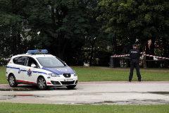 Un coche patrulla de la Ertzaintza junto a dos agentes en el bilbaíno parque de Etxebarria.