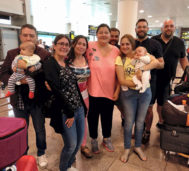 Varias de las parejas en el aeropuerto de regreso a España