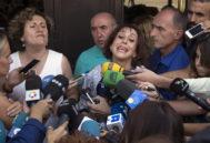 Juana Rivas, en una fotografía de agosto de 2017, acompañada de su asesora legal, Francisca Granados (i), realiza declaraciones a los periodistas, a la salida de los juzgados de La Caleta de Granada, después de haber sido puesta en libertad provisional tras entregarse hoy, casi un mes después de incumplir la orden de devolver a sus dos hijos al padre de los niños.
