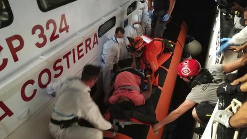 Momento en que la Guardia Costera italiana evacúa a una de las...