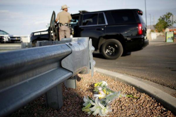 Unas flores recuerdan el lugar del tiroteo sangriento en El Paso...