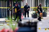 Agentes de la policía examinan el escenario del tiroteo en Dayton (Ohio).
