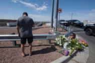 Un hombre llora junto al lugar del tiroteo del sábado.
