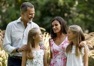 Los reyes Felipe y Letizia y sus hijas, la princesa Leonor y la infanta Sofía han protagonizado este domingo el tradicional posado veraniego en Palma ante los medios gráficos.