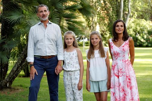 Los Reyes de España posan con sus hijas, Leonor y Sofía, en los jardines del Palacio de Marivent.