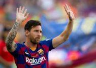 GRAF2710. BARCELONA.- El capitán y delantero argentino del FC Barcelona, Leo <HIT>Messi</HIT>, saluda a la afición momentos antes del partido de Trofeo Joan Gamper ante al Arsenal que disputan esta noche en el Camp Nou, en Barcelona.