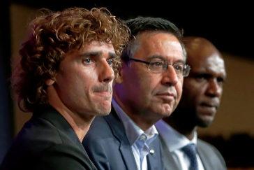 Griezmann (izda), junto a Bartomeu y Abidal, en su presentación con el Barça.