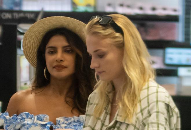 El Inesperado Duelo De Estilo De Priyanka Chopra Y Sophie