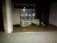 """Los CDR dejan basura ante sedes de PDeCAT y ERC por  su """"traición"""" al """"no trabajar por la independencia"""""""