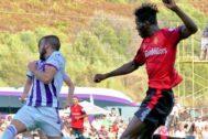 Lumor intenta centrar el balón ante la oposición de varios jugadores del Real Valladolid.