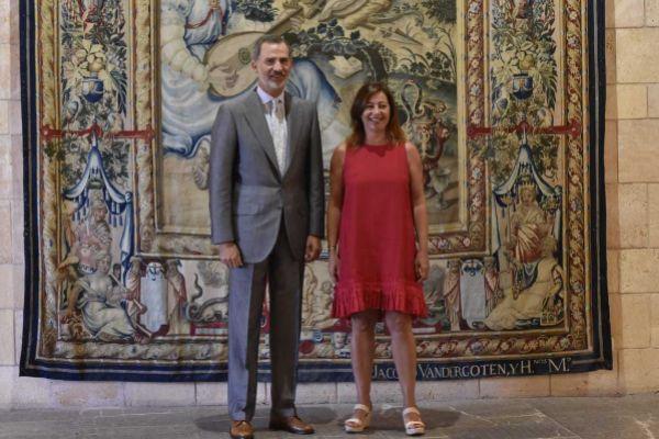 El Rey Felipe VI y Francina Armengol, este lunes en La Almudaina.