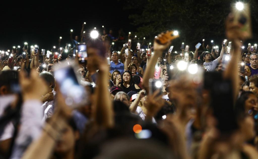 Vecinos de El Paso se reunieron esta noche para recordar a los...