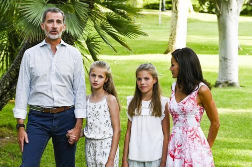 Los Reyes de España y sus hijas, en los jardines del Palacio de...