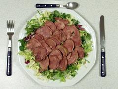 Conviene no consumir carne cruda y poco hecha para evitar la listeria.
