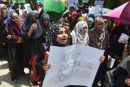 """Varias estudiantes que participaban en una manifestación anti India en Lahore portan y cantan mensajes que piden que cede el """"acoso a Cachemira""""."""